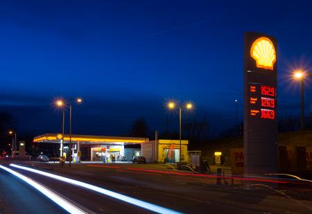 Enschede, Holandia - 28 lutego 2015: stacja paliw Shell w nocy. Royal Dutch Shell, holenderski, brytyjski międzynarodową, jest najbardziej zyskowną firmą w Holandii Publikacyjne