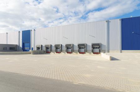 Buitenkant van een nieuwbouw magazijn met laadhavens Stockfoto