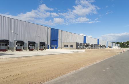 Buitenkant van een nieuwbouw magazijn met laadhavens