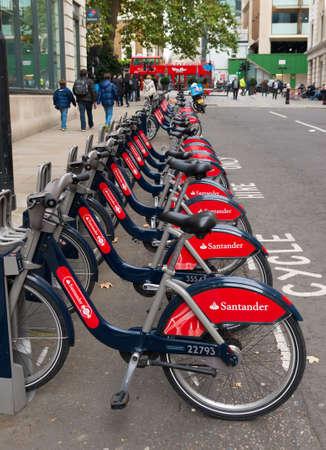ciclos: Londres, Inglaterra - 23 de octubre: Santander alquiler de bicicletas de alquiler en Londres. Estos ciclos se pueden alquilar en una serie de lugares alrededor de la ciudad y se presenta especialmente llaman bicicletas Boris después de que el alcalde de Londres. Editorial