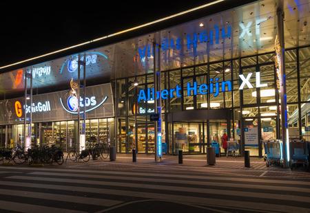 ENSCHEDE, Pays-Bas - 12 novembre 2015: tir de nuit d'un supermarché Albert Heijn. Aux Pays-Bas, c'est la plus grande chaîne de supermarchés avec près de 1 000 magasins Banque d'images - 62165604
