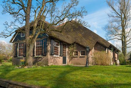 typisch nederlands landhuis met stro dakbedekking in Giethoorn, Nederland Stockfoto