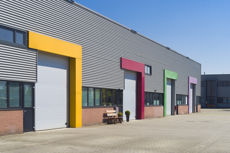 다채로운 롤러 도어가있는 현대적인 비즈니스 유닛