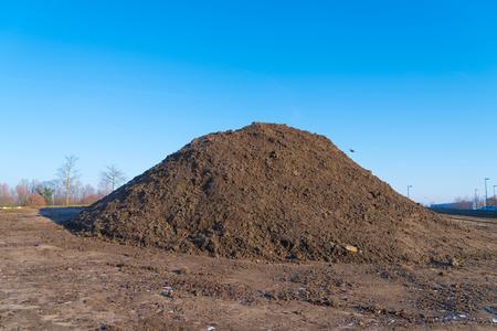 建設現場の黒い砂の山