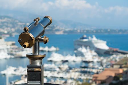 Telescopio clásico para turistas en Mónaco con vistas al puerto principal Foto de archivo