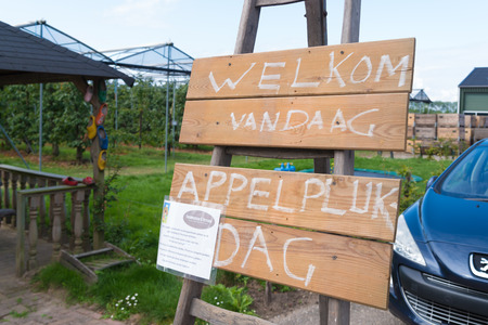 APPELTERN, NETHERLANDS - SEPTEMBER 7, 2019: Welcome shield to the visitors of the national apple picking day. It says welcome today and which fruit you can pick and also the price per kg. 新聞圖片