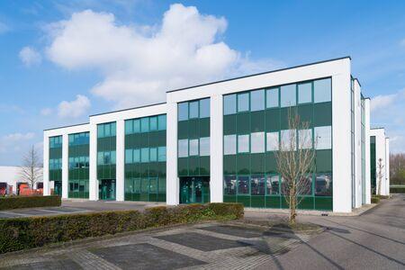 Äußeres eines modernen grünen Bürogebäudes in den Niederlanden