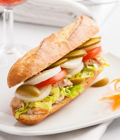 bocadillo: Sándwich mediterránea con atún, huevo, tomate y cebolla