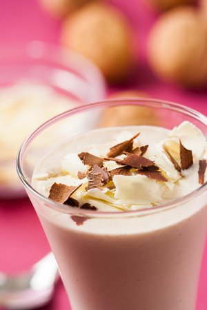 chocolate shavings: A delicious smoothie with banana, walnut and chocolate shavings.