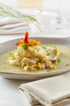 Cocochas (kokotxas en euskera) se refieren a la carne bajo la mandíbula de un pez. Debido a su alto contenido gelatinoso que hacen un caldo fantástico. Se preparan por lo general con el aceite de oliva, el ajo y el perejil. Foto de archivo - 59398835