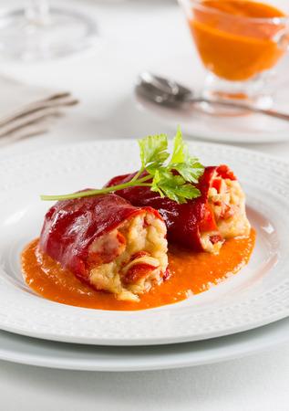 Pimientos del piquillo rellenos de bacalao, la cocina española Vasco Foto de archivo - 59398777