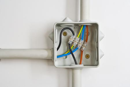 Connexions de fils électriques dans une boîte. Banque d'images - 59744263