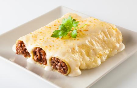 Carne deliciosa llena de pasta en un plato. canelones italiano, canelones españolas. Foto de archivo - 59744288
