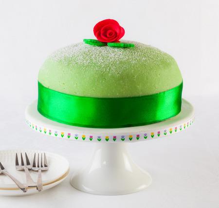 Torta de la princesa sueca, mazapán pastel de cumpleaños. Foto de archivo - 69217344