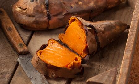 Horno de patatas dulces al horno en madera de época. Foto de archivo - 66113010