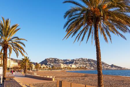 Roses, Girona, España - 22 de enero de 2012. Los turistas dan un paseo por la playa de Roses en invierno. El clima agradable y soleado de la Costa Brava es uno de los aspectos más atractivos de la región. Foto de archivo - 69219087