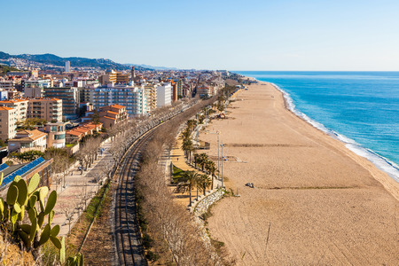 CALELLA, BARCELONA, ESPAÑA - 19 de FEB, 2016. Vista de la ciudad turística y de la playa de Calella, Costa Brava, en la costa mediterránea. La playa de Calella es más de 2 km de largo y es muy popular en los meses de verano con los locales y turistas. Foto de archivo - 67097339