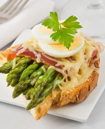 hams: Un sándwich con espárragos verdes, jamón, queso y huevo cocido.