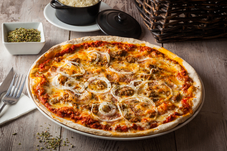 Pizza de barbacoa con tomate, queso, carne molida, cebollas y salsa de barbacoa. Foto de archivo - 76167702