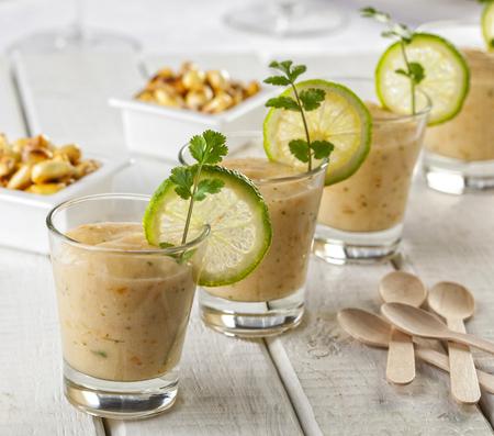 Leche de tigre oder Leche de Pantera. Peruanische Restaurants servieren ein kleines Glas Ceviche-Marinade als Vorspeise.