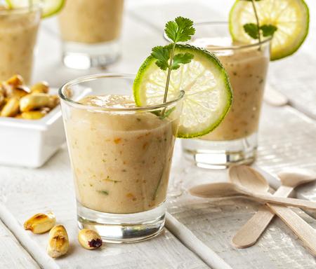 Viele peruanische Restaurants servieren ein kleines Glas der Ceviche-Marinade zusammen mit dem Fisch, der Leche de Tigre oder Leche de Pantera genannt wird Standard-Bild