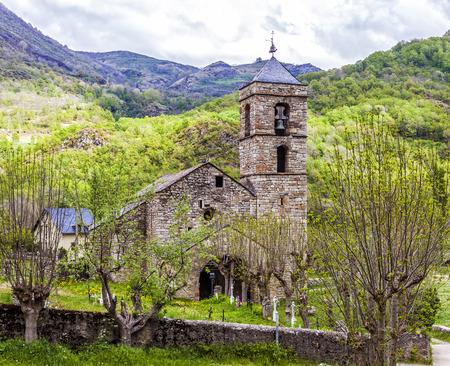 Church and cemetery of the village of Barruera, Catalonia, Spain, originated in the Romanesque period Banque d'images - 113456483