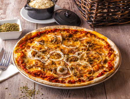 The pizza Bolognese is made with excellent chunky pasta sauce with beef, pork, lots of vegetables and tons of flavor. 版權商用圖片