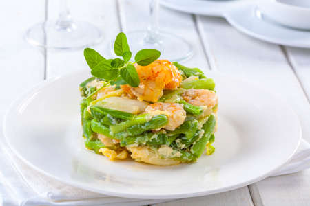 Delicious dish of green asparagus with shrimps. Standard-Bild