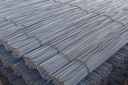 Stahlstangen, Baumaterial für Beton, gestapelt in einem Betriebsspeicher Standard-Bild