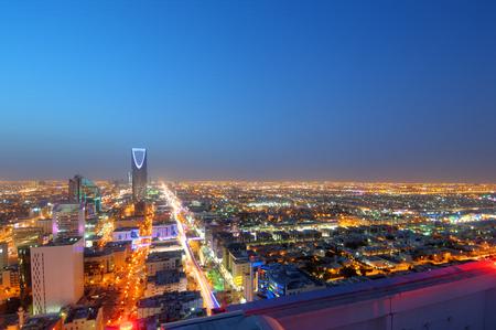 Horizonte de Riad en la noche, capital de Arabia Saudita Foto de archivo