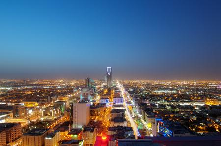 Horizonte de Riad en la noche, capital de Arabia Saudita