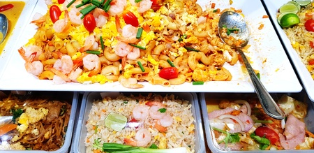 Stir fried macaroni with prawn and Fried rice with shrimp on white tray with spoon for sale at street food market Stockfoto