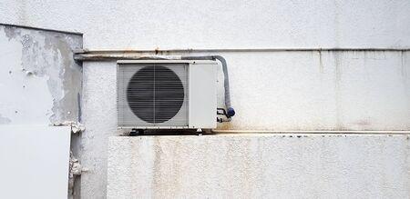 Compressori d'aria con tubo elettrico, condotto dell'aria o tubo in PVC installato a parete con spazio per copia - concetto industriale, installazione, apparecchiature elettriche, macchina e condizionatore d'aria