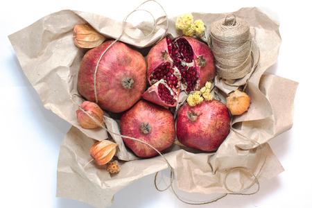 papel artesanal: Caja con fruta envuelta en papel artesanal
