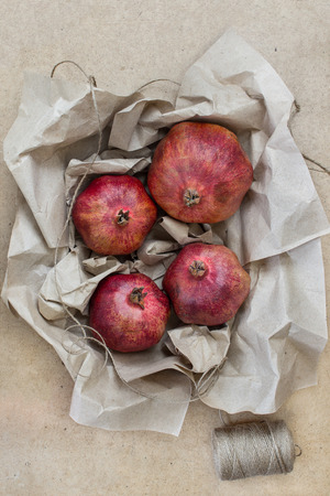 papel artesanal: Fruta envuelta en papel artesanal Foto de archivo