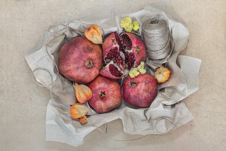 paper craft: Fruta envuelta en papel artesanal Foto de archivo