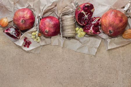 papel artesanal: Fondo con pomegranades sobre el papel del arte Foto de archivo