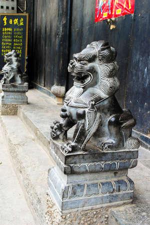 identidad cultural: Los leones de piedra poderosos guardia de la puerta