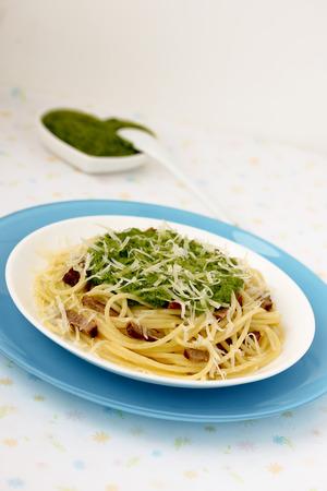 P�tes italiennes � la sauce pesto sur une plaque bleue Banque d'images