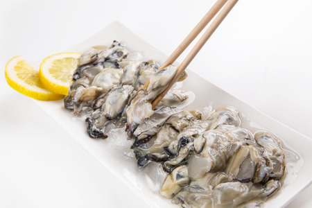 sea ??oysters with chopsticks.