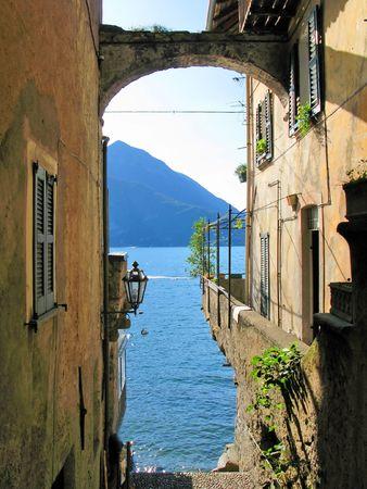 lake como: Romantisch uitzicht op de beroemde Italiaanse Comomeer van Varenna stad  Stockfoto