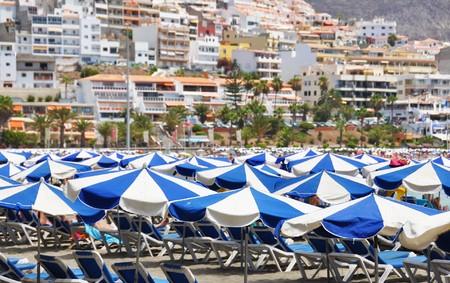 brolly: Sombrillas en la playa de playa de las Am�ricas. Tenerife, Islas Canarias  Foto de archivo