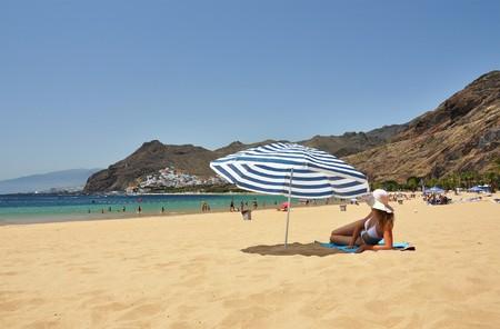 brolly: Escena de la playa. Playa de la Teresitas. Tenerife, Islas Canarias