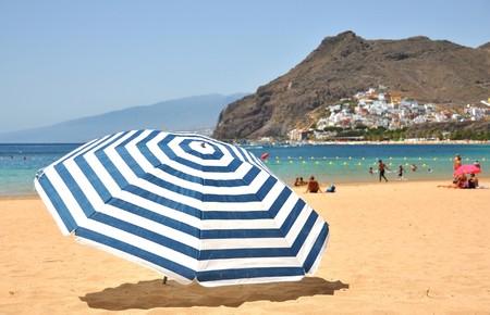 Striped Regenschirm auf der Insel Teresitas Strand von Teneriffa. Kanarische Inseln