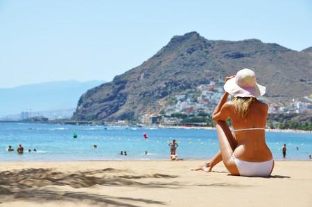 beach hat: Beach scene. Playa de la Teresitas. Tenerife, Canaries