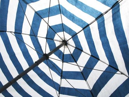 brolly: Paraguas de playa con bandas