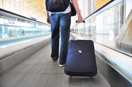 Reisenden mit einem Sack auf dem speedwalk Lizenzfreie Bilder