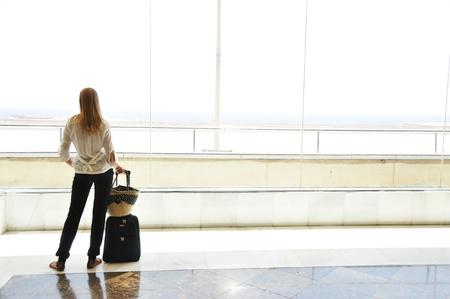 Mädchen im Fenster Flughafen Blick auf den Ozean