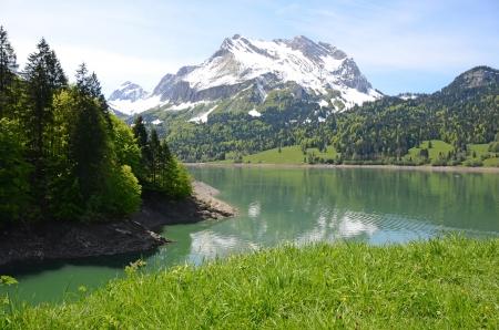 monta�as nevadas: Lago de monta�a Suiza Foto de archivo