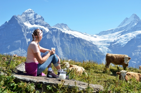 Mädchen mit einem Krug Milch und Kühe Jungfrau Region, Schweiz